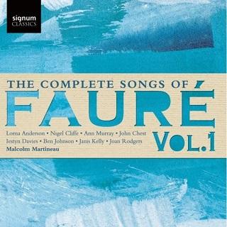 Huit chanteurs réunis autour de Malcolm Martineau chantent Gabriel Fauré