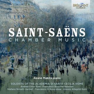 Entourées d'instruments à vents, la pianiste Akane Makita joue Saint-Saëns