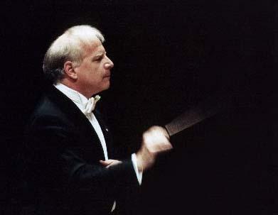 le chef étatsunien Leonard Slatkin dirige le Philharmonique de Radio France