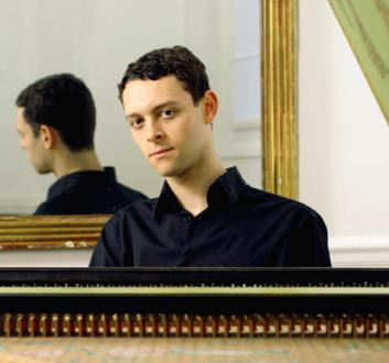le claveciniste Benjamin Alard joue Bach à la Cité de la musique (Paris)