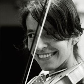 la violoniste baroque amandine Beyer joue Bach au Théâtre des Abbesses (Paris)