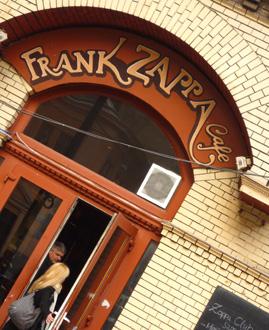 entrée de bar à Pest, Hongrie © Bertrand Bolognesi