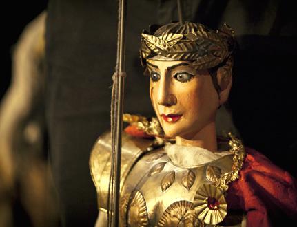 une marionnette de Mimmo Cuticchio joue Caligula, opéra de Pagliardi