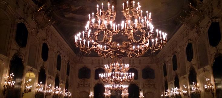 les lustres de la majestueuse Riesensaal à la Hofburg d'Innsbruck