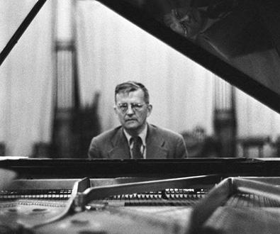 le compositeur russe Dmitri Chostakovitch photographié à Paris en 1958