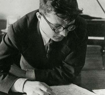 Dmitri Chostakovitch en 1923, travaillant à son Trio en ut mineur Op.8 n°1