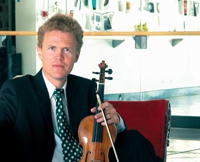 le chef et violoniste Gottfried von der Goltz photographié par Peter Kanneberger