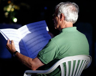 le compositeur Jonathan Harvey en répétition au festival Musique sur Ciel