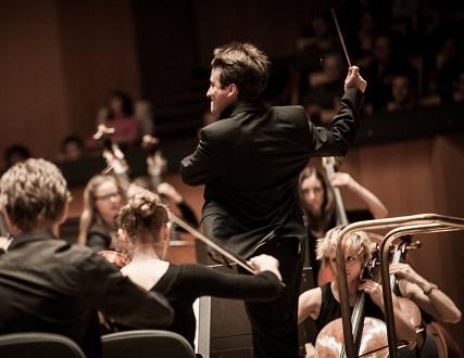 Quentin Hindley joue le Requiem de Mozart au Théâtre des Champs-Élysées (Paris)