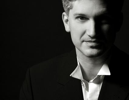 le jeune Frank Markowitsch dirige le Chœur de Radio France in loco