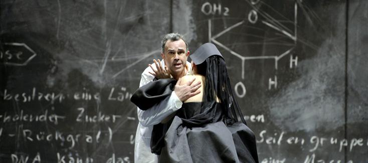à Francfort, Hans Neuenfels met en scène Œdipe de George Enescu