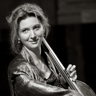 la violoncelliste Ophélie Gaillard joue Bach au festival Sinfonia en Périgord
