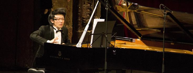 l'extraordinaire Takuya Otaki jouant Crumb au Théâtre des Bouffes du nord
