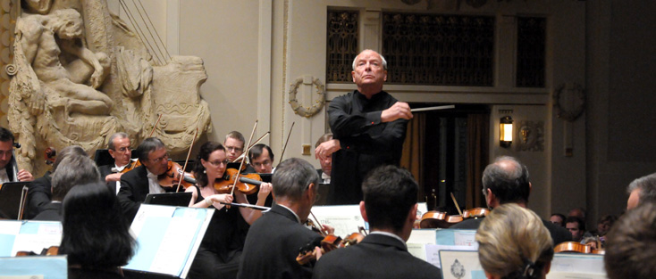 le chef britannique Christopher Hogwood joue Mendelssohn à Prague