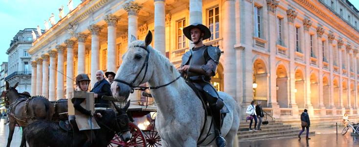 à Bordeaux, les voyages du Quichotte sillonnent la ville....