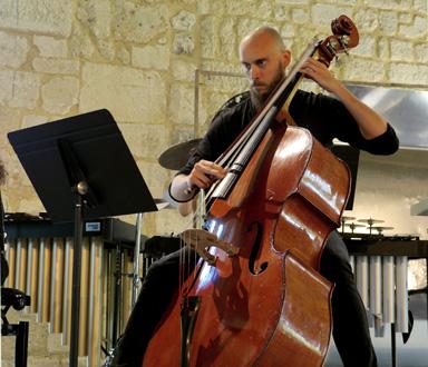 le contrebassiste Nicolas Crosse, lors des concerts Voix Nouvelles à Royaumont
