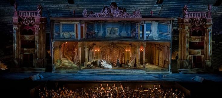 """énième reprise de """"La traviata"""" surchargée de Franco Zeffirelli à Vérone..."""