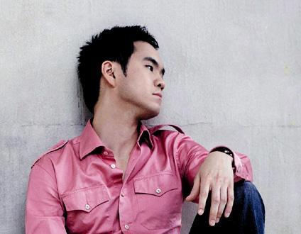 l'altiste Richard Yongjae O'Neill se produit en solo dans l'ensemble Sejong