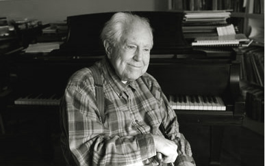 Elliott Carter devant son piano, à New York, par Fred R. Conrad