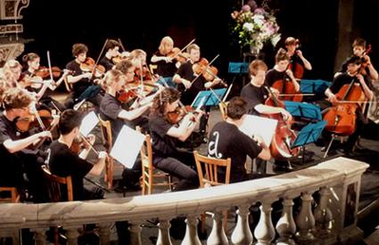 un orchestre de jeunes gens ouvre le fesstival Cordes en ballade (Ardèche)