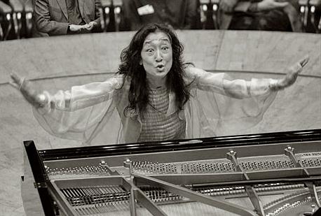 Mitsuko Uchida extatique devant son grans Steinway de concert