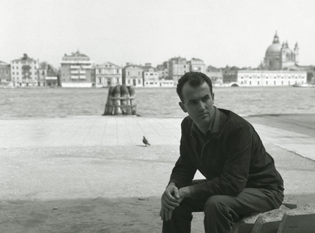 le compositeur Luigi Nono photographié à Venise, sa ville natale