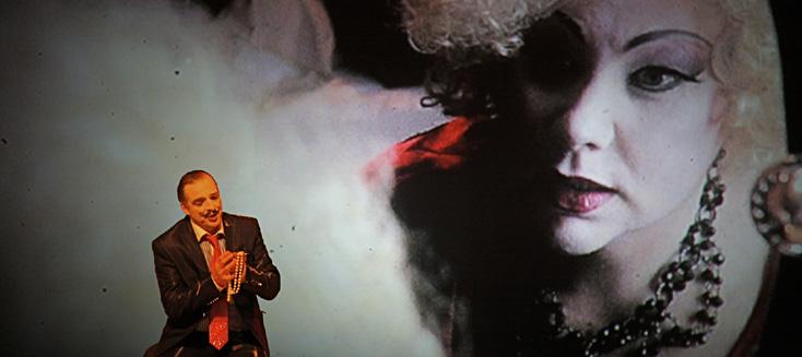 Le prince Kalaf devant le visage filmé de la cruelle Turandot